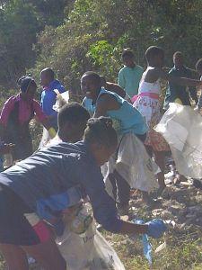 Les jeunes ramassant les déchets du quartiers