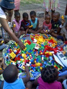 Les enfants jouant avec les donations de legos