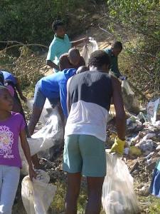 Les jeunes ramassant les déchets du quartier