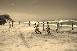 Le groupe des jeunes qui jouent au volley sur la plage