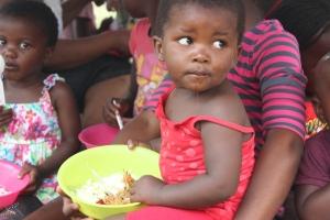 Les tout petits mangent déjà tout seuls