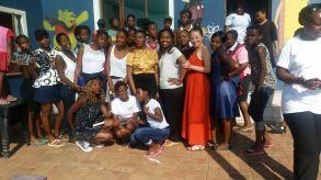 Le groupe des jeunes avec Mirjeta, volontaire suisse