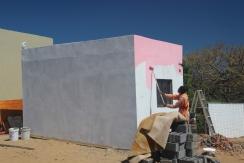 Thulani von der Jugendgruppe malt das neue Gebäude